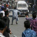 श्रीनगर: CRPF की जिप्सी पर भीड़ ने बरसाए पत्थर, गाड़ी से कुचलकर एक पत्थरबाज की मौत, तनाव