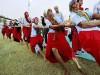 टग-ऑफ-वॉर प्रतियोगिता में हिस्सा लेतीं बुजुर्ग महिलाएं।