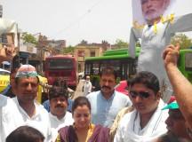 दिल्ली के त्रिलोकपुरी मे मोदी और केजरी सरकार का पुतला फूँका