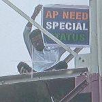 आंध्र प्रदेश को विशेष राज्य का दर्जा देने की मांग को लेकर टावर पर चढ़ा युवक