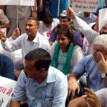 उप-राज्यपाल आवास के बाहर धरने पर बैठे दिल्ली के मुख्यमंत्री अरविंद केजरीवाल
