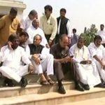 येदियुरप्पा की ताजपोशी के खिलाफ विधानसभा के सामने धरने पर बैठे सभी कांग्रेसी विधायक