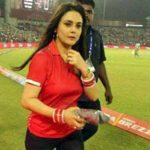 IPL मैच में प्रीति ने फैंस को लगाई फटकार,