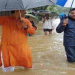 मुंबई की बारिश में फंसे संबित पात्रा, हाथ में जूते उठाए पहुंचे BJP दफ्तर