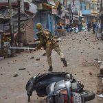 यूपी के रामपुर में हिंसक हुआ प्रदर्शन, प्रदर्शनकारियों ने फेंके पत्थर तो पुलिस ने बरसाई लाठियां, इंटरनेट सेवा बंद
