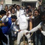 वेतन काटने के विरोध में सफाई कर्मचारियों ने दूसरे दिन उपायुक्त की शव यात्रा निकाली