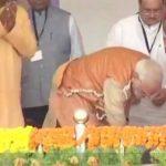 'आयुष्मान भारत' के आगाज से पहले आदिवासी महिला को PM मोदी ने पहनाई चप्पल