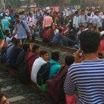 मुंबई: रेलवे में स्थायी नौकरी की मांग को लेकर छात्रों का हंगामा, 30 ट्रेनें रद्द