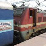 कानपुर के पास बदमाशों ने तीन ट्रेनों में की लूटपाट